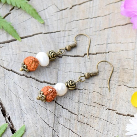 ~VÝJIMEČNOST~ Visací perlové náušnice se semínky rudraksha