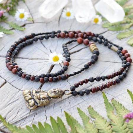 ~SÍLA (ZE)MĚ~ Dlouhý rudraksha náhrdelník s Buddhou, santalovým dřevem a lávou