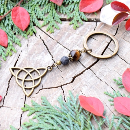 ~SÍLA (ZE)MĚ~ Originální přívěsek na klíče keltský trojúhelník s tygřím okem a lávou