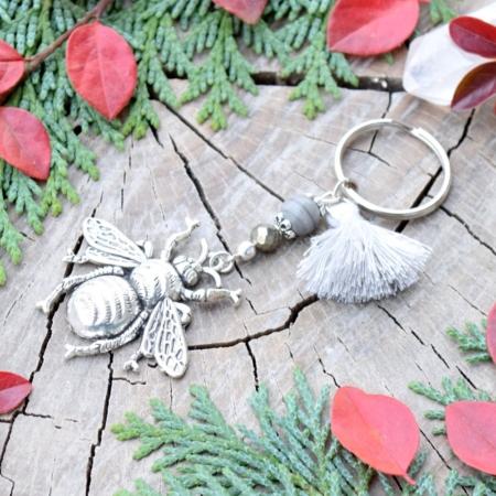 ~TIŠE~ Originální přívěsek na klíče včela s pyritem a jaspisem, třásnička