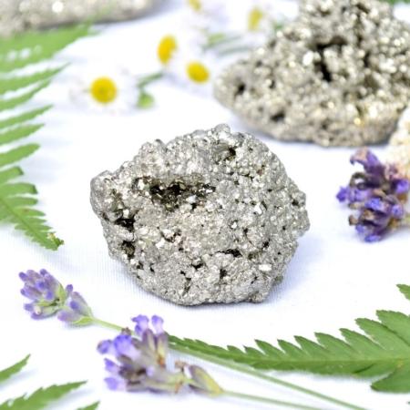 Přírodní minerální kámen - třpytivá pyritová drúza, 4x3,5x3,5 cm