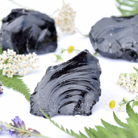Přírodní minerální kamínek pro štěstí - surový černý obsidián, cca 5 až 6 cm