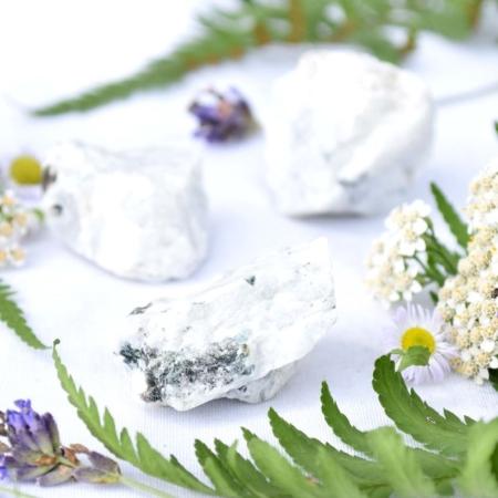 Přírodní minerální kamínek pro štěstí - vzácný surový bílý měsíční kámen, cca 3 až 3,5 cm