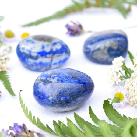 Přírodní minerální kamínek pro štěstí - lapis lazuli, cca 3,5 cm