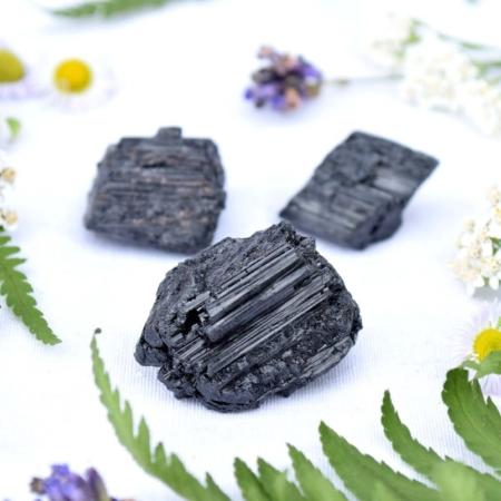 Přírodní minerální kamínek pro štěstí - surový černý turmalín, cca 2 cm