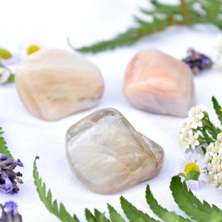 Přírodní minerální kamínek pro štěstí - oranžový měsíční kámen, cca 3,5 až 4 cm
