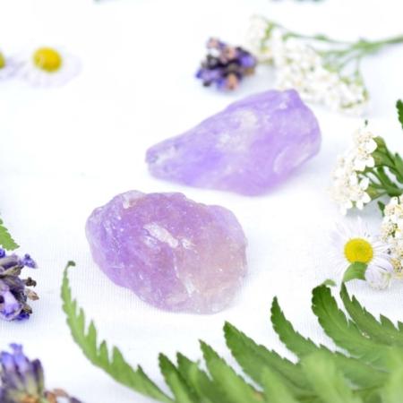 Přírodní minerální kamínek pro štěstí - surový ametyst, cca 3 cm