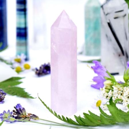 Přírodní minerální kámen - broušený hrot z růženínu, 7,5x2 cm