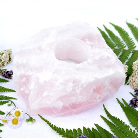 Svícen z přírodního minerálního kamene surový růženín, cca 12x10x5 cm