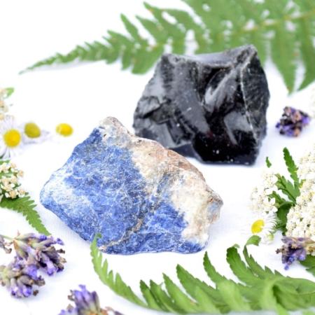 Harmonizující duo minerálních kamenů na ochranu – surový černý obsidián a surový sodalit, cca 5 až 6 cm