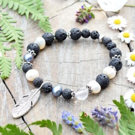 ~SÍLA~ Elegantní perlový náramek s lávovými kameny a křišťálem, přívěsek pírko