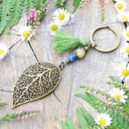 ~Z TAJEMNÉHO LESA~ Originální přívěsek na klíče list s jaspisem a lapisem lazuli, střapeček