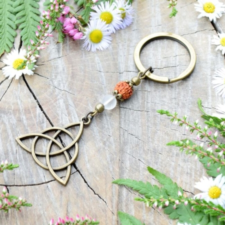 ~HARMONIE~ Originální přívěsek na klíče keltský trojúhelník s křišťálem a rudrakshou