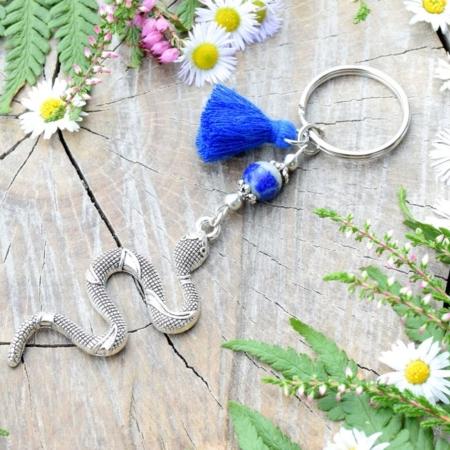 ~MÍR~ Originální přívěsek na klíče had s lapisem lazuli, střapeček