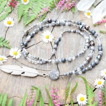 ~TIŠE~ Jedinečný perlový náhrdelník s pírkem, drúzou křišťálu, jaspisem a hematitem