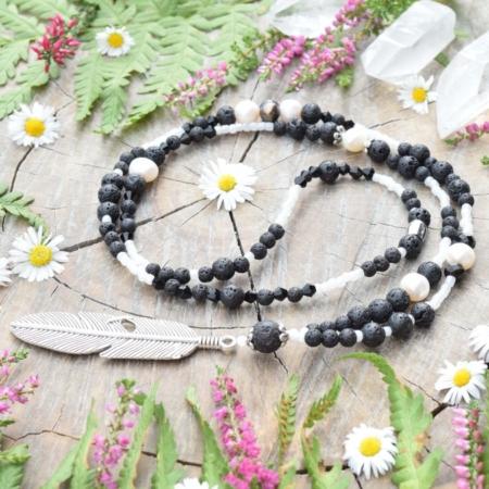 ~SÍLA~ Jedinečný perlový náhrdelník s pírkem a lávovým kamenem