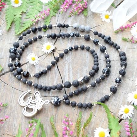 ~TRPĚLIVOST~ Jedinečný náhrdelník Óm ॐ s lávovým kamenem a vločkovým obsidiánem